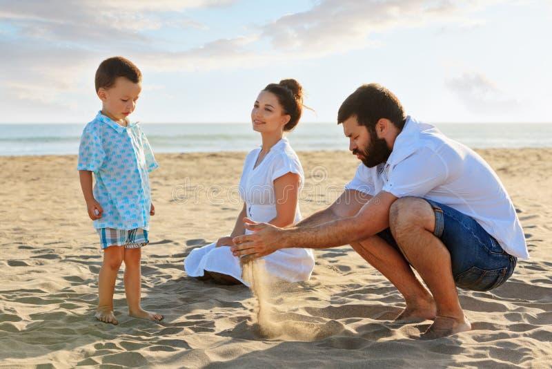 在海海滩爱恋的夫妇由手机采取selfie 免版税库存照片