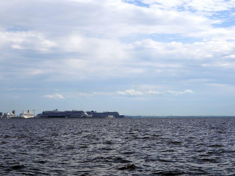 在海港的大游轮 免版税库存照片
