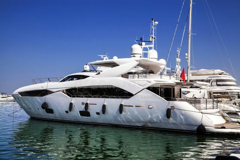 在海港的现代游艇。 免版税库存图片