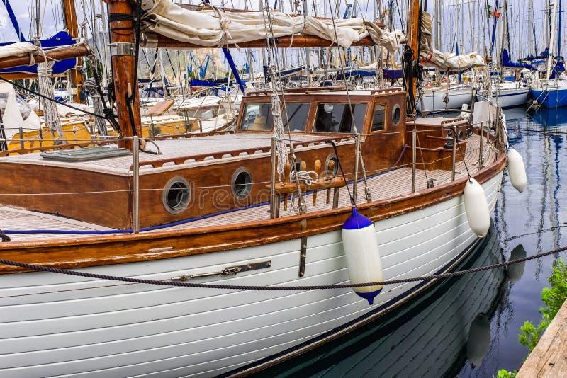 在海港的风帆游艇 在水的小船活跃生活和旅行的 库存图片