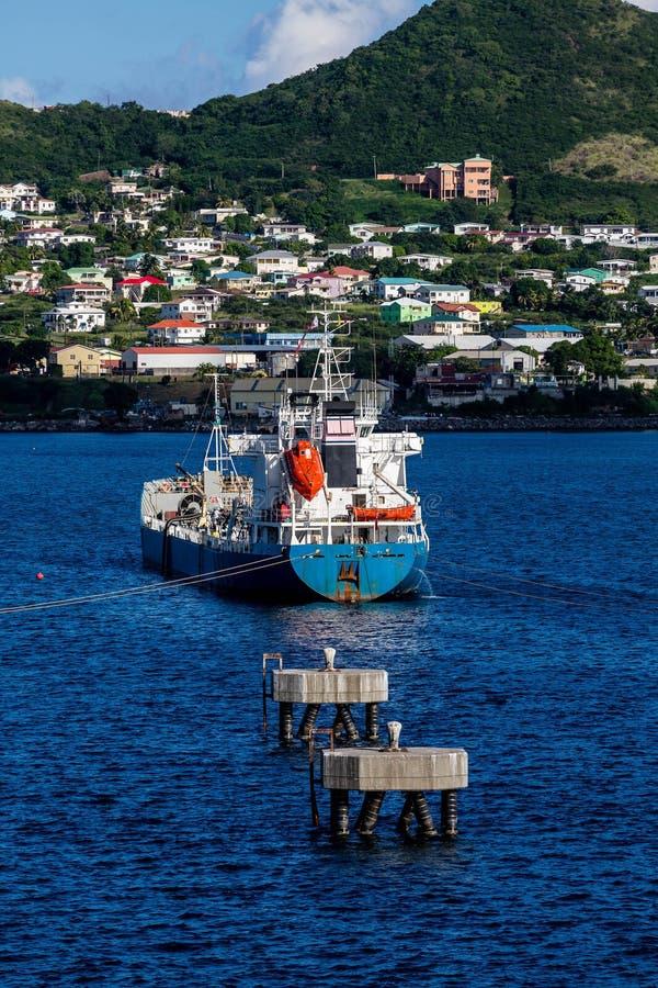 在海湾停泊的蓝色罐车 免版税库存图片