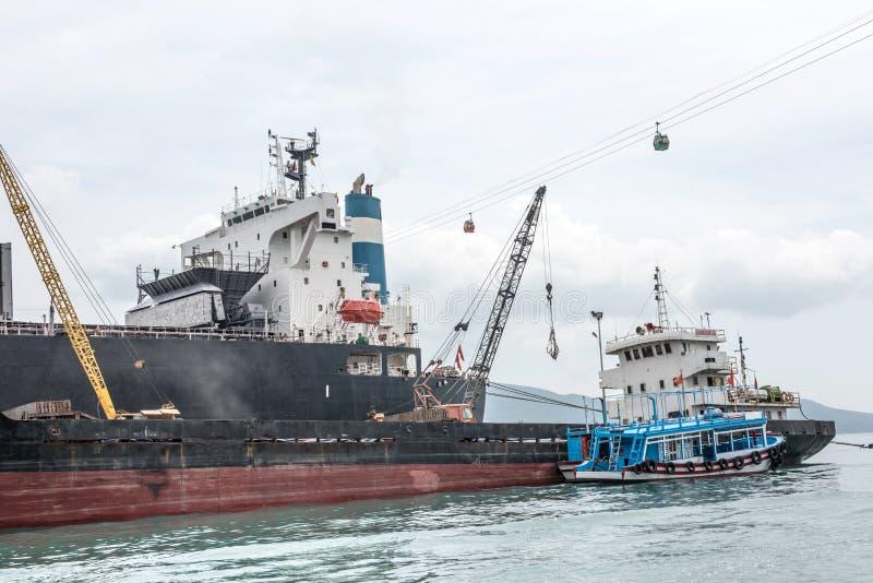 在海湾口岸的船 免版税库存照片