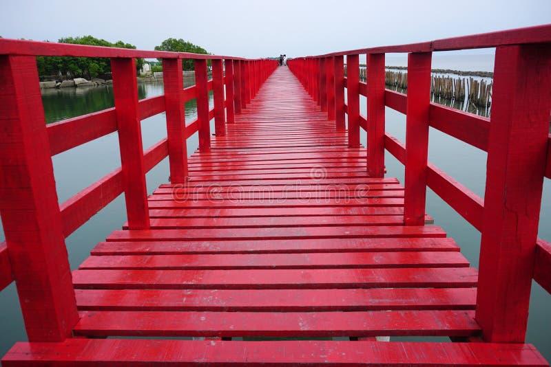 在海湾泰国的长的红色桥梁龙仔厝府 免版税库存照片