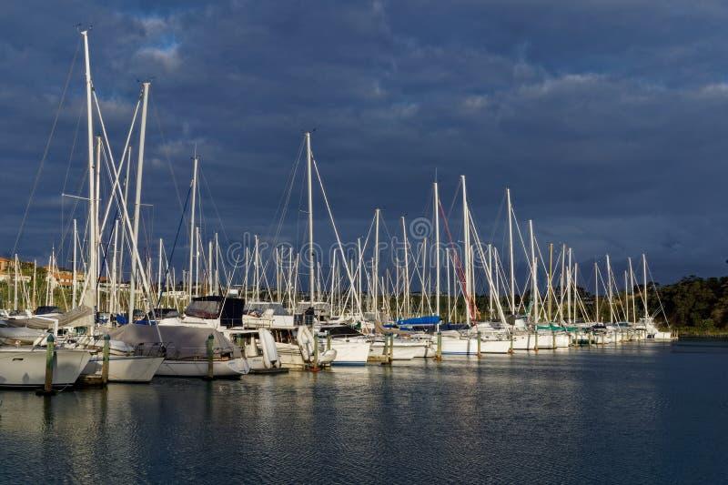 在海湾港口小游艇船坞,奥克兰,新西兰的风雨如磐的天空 免版税库存图片
