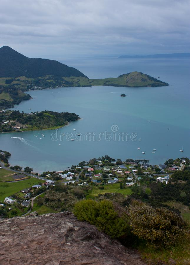 在海湾的一个看法与从Mt的海和家庭房子 在旺阿雷附近的Manaia在新西兰的北岛 库存图片