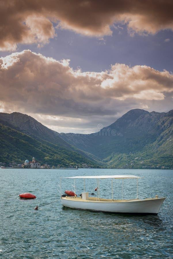 在海湾的令人惊讶的看法在Petrovac附近的科托尔的海湾的 黑山 免版税库存图片