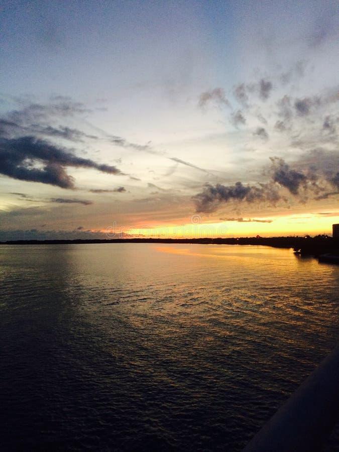 在海湾的夏令时日落 图库摄影