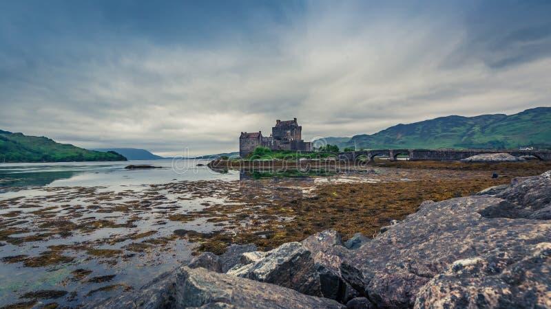 在海湾的多云天爱莲・朵娜城堡,苏格兰 库存照片