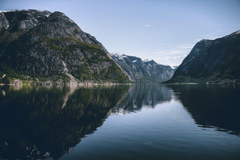 在海湾的挪威山 免版税图库摄影