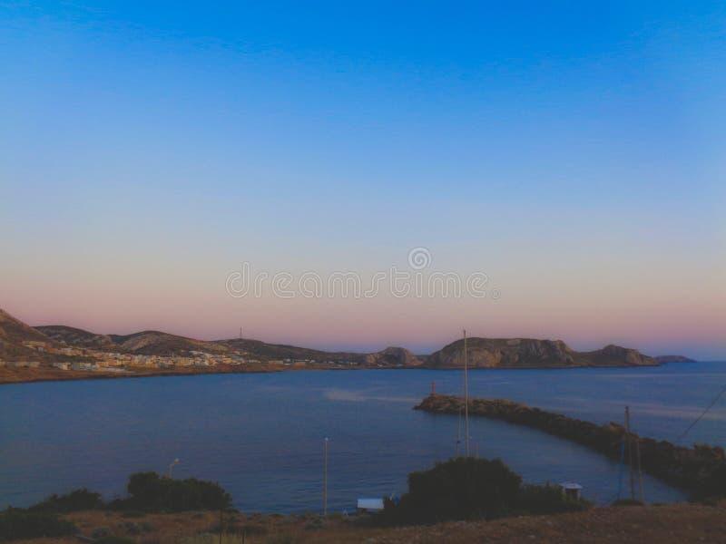 在海湾的日落在希腊在夏天 免版税库存照片