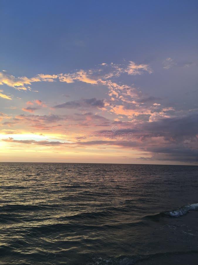 在海湾的日落 免版税库存照片