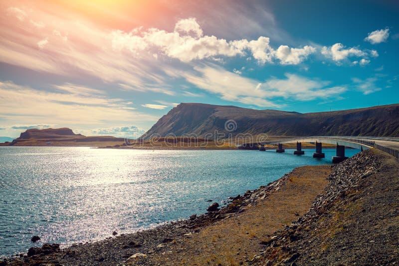 在海湾的桥梁在对Nordkapp的途中 Mageroya,挪威海岛  免版税图库摄影