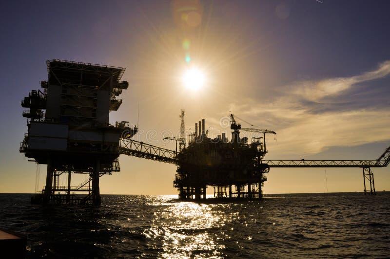在海湾的油和煤气平台或海,世界能量、近海油和船具建筑平台生产的 免版税库存图片