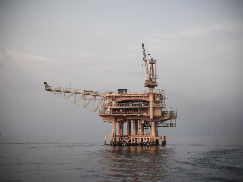 在海湾的油和煤气平台或海,世界能量、近海油和船具建筑 免版税库存图片