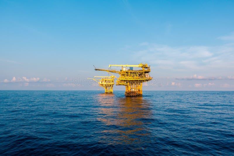 在海湾的油和煤气平台或海,世界能量、近海油和船具建筑 免版税库存照片