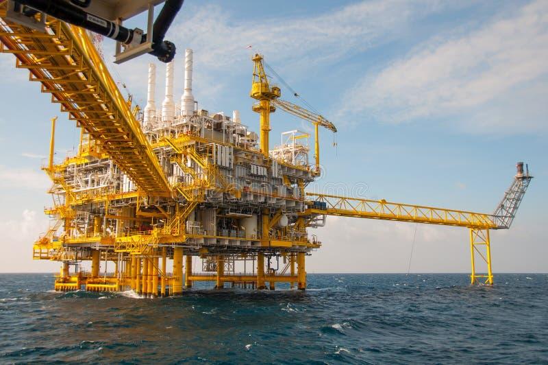 在海湾的油和煤气平台 免版税库存图片