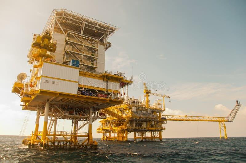 在海湾的油和煤气平台 图库摄影