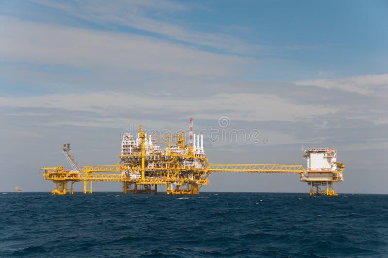 在海湾的油和煤气平台 库存照片