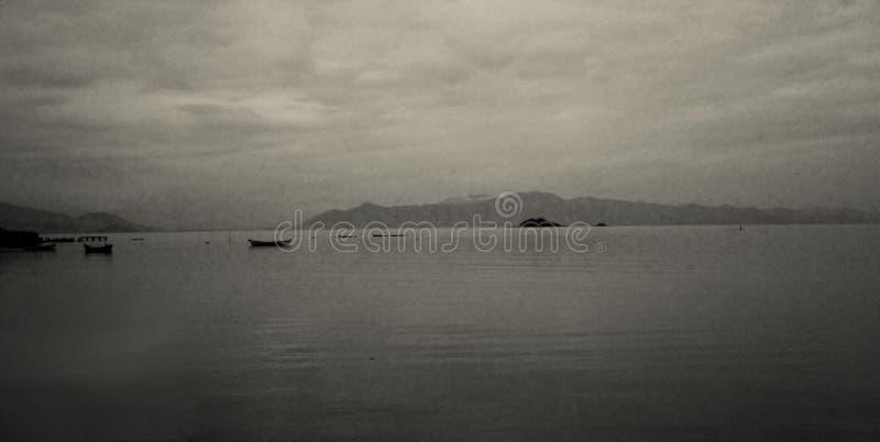 在海湾的渔船在一灰色天 库存照片