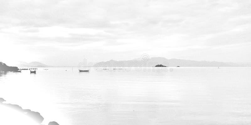 在海湾的渔船在一灰色天 免版税库存照片