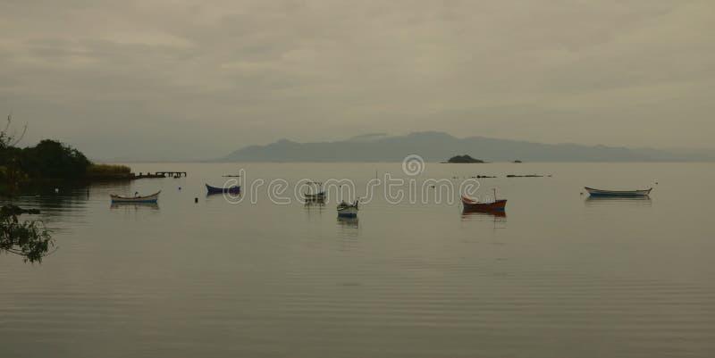 在海湾的渔船在一灰色天 库存图片