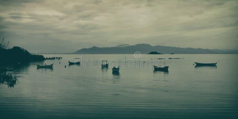 在海湾的渔船在一灰色天 免版税库存图片