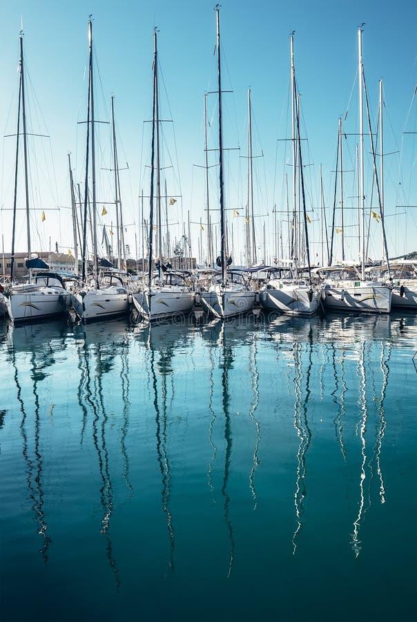 在海湾的游艇在特罗吉尔镇,达尔马提亚,克罗地亚靠码头 免版税库存照片