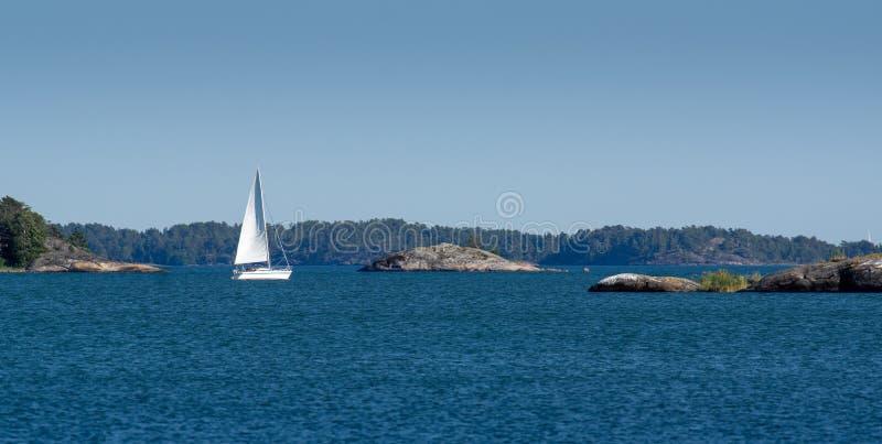 在海湾的白色游艇航行 图库摄影