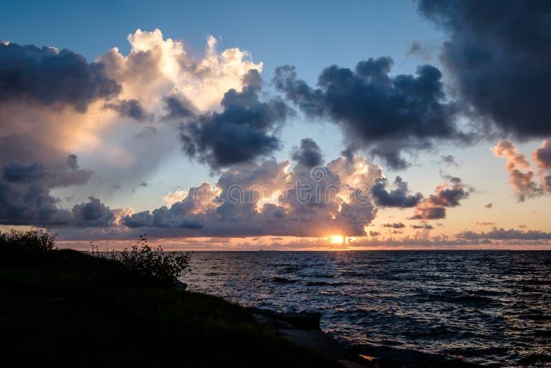 在海湾的积云日出 库存照片