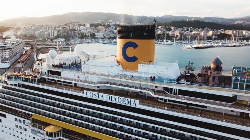 在海湾的美丽的白色巡航划线员,鸟瞰图 ?? 港口、海岸和大游轮的美丽如画的看法 免版税库存照片