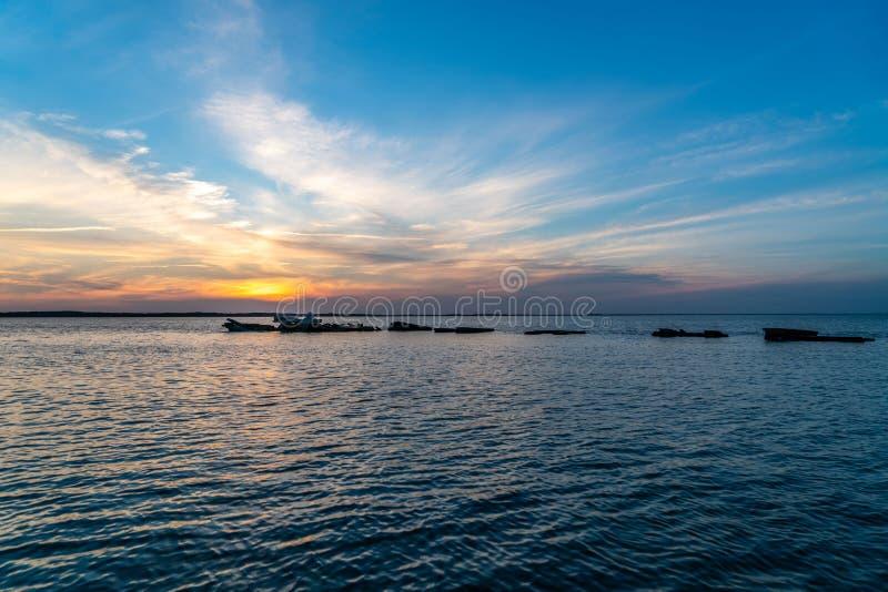 在海湾的美好的日落 免版税图库摄影