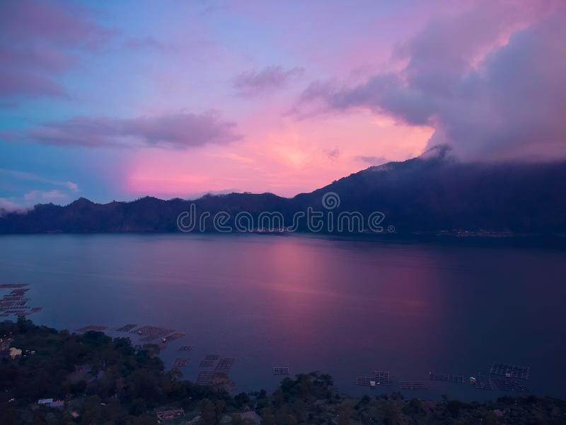 在海湾的美好的桃红色日落在山背景,顶视图 库存图片