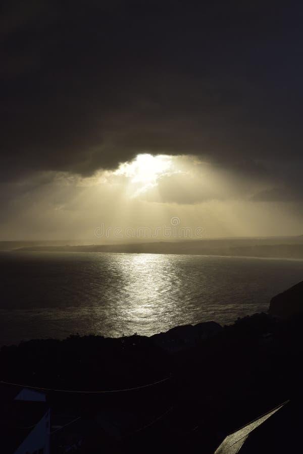 在海湾的风雨如磐的天空 库存照片