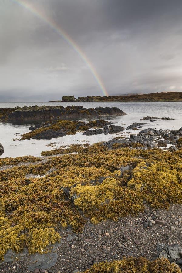 在海湾Eishort的彩虹斯凯岛小岛的  库存图片