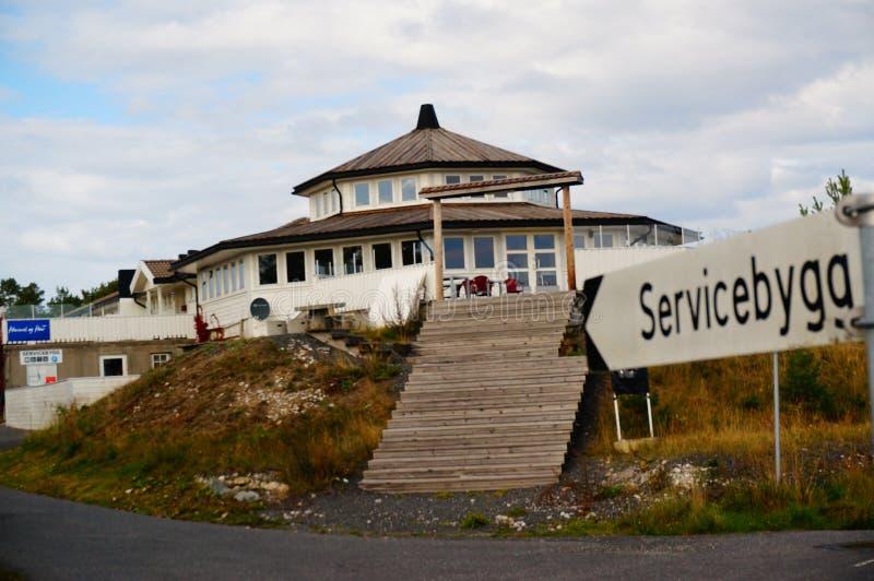 在海湾Kragero, Portor附近的白色客栈房子 库存图片