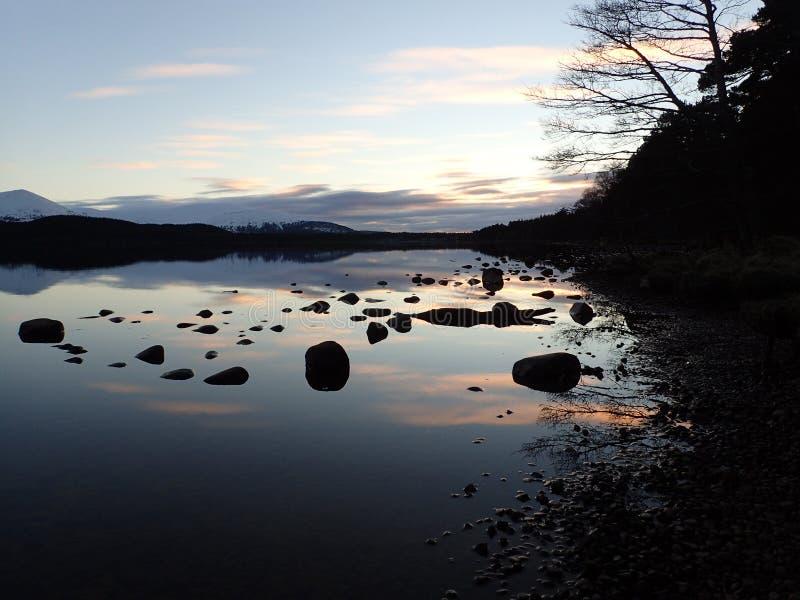 在海湾Morlich,高地,苏格兰的冬天日落 免版税图库摄影
