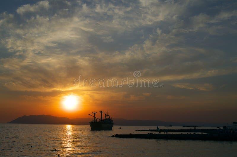 在海湾Tsemess的日落 库存照片