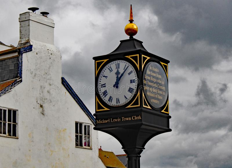 在海滨人行道附近的时钟在记住给他们的生活保卫他们的国家的那些人的莱姆里杰斯 免版税库存照片
