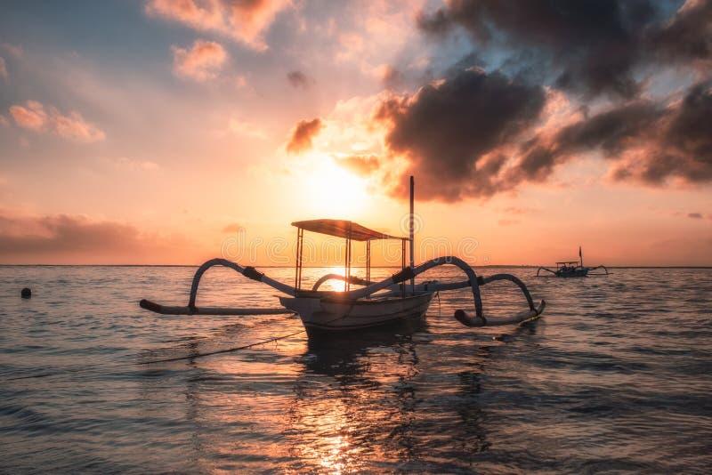 在海滨的古老传统Jukung渔船在五颜六色 库存照片