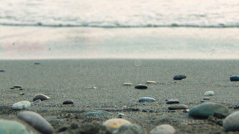 在海滨的海石头 免版税库存照片