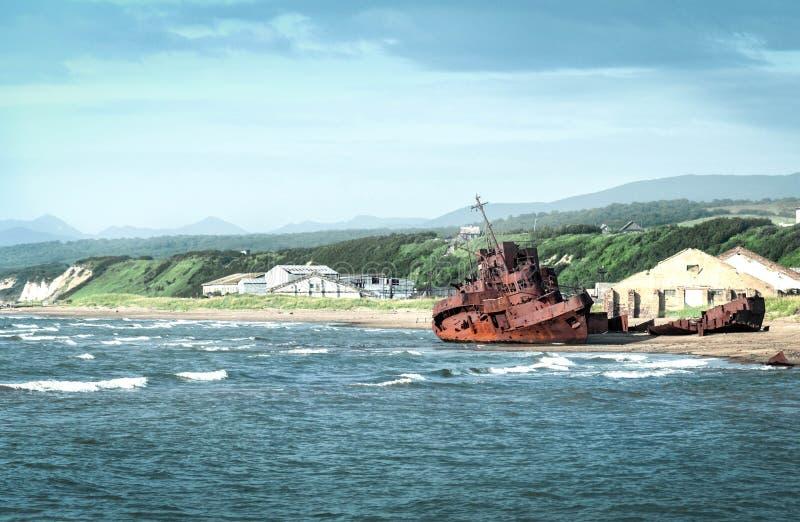 在海滨的被放弃的船 免版税库存照片