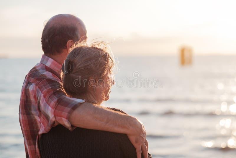 在海滨附近的年长夫妇休息 免版税库存照片