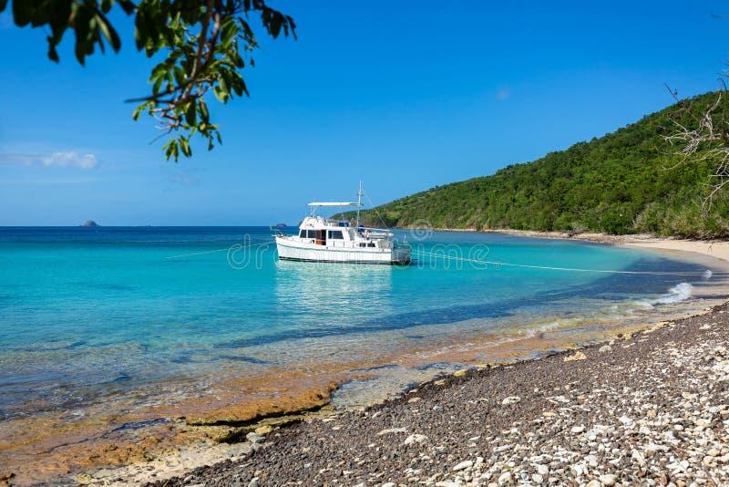在海滨carribean假期逃走的私有小船 免版税库存照片