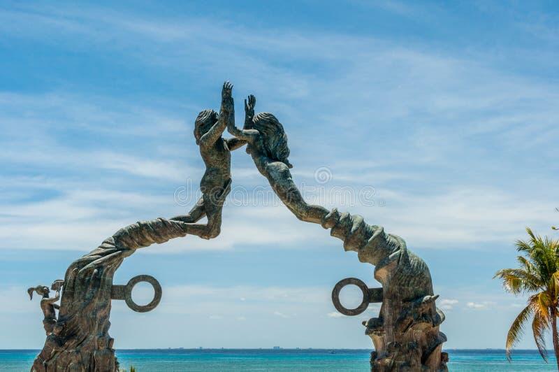 在海滨del卡门,墨西哥的沿海地带古铜色雕象 免版税库存图片