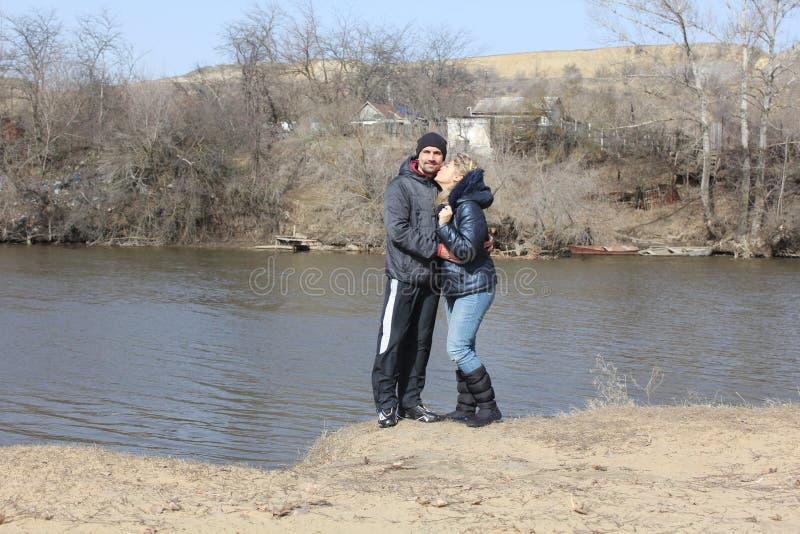 在海滩、帅哥和美女的年轻可爱的夫妇身分 免版税库存照片
