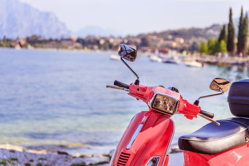 在海滩、风景和天空蔚蓝的美丽的红色滑行车 库存照片