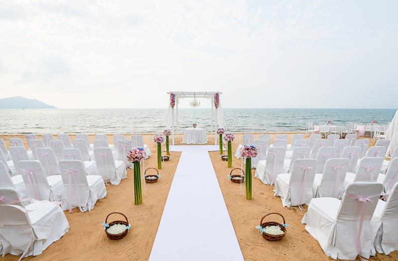 在海滩与海和天空的海滩婚礼仪式在浪漫 库存图片