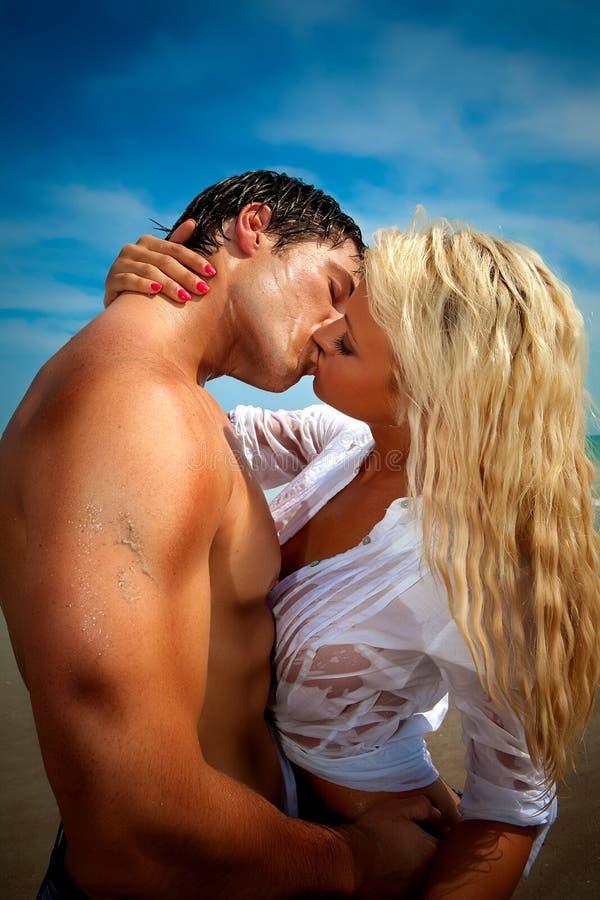 在海滩亲吻的夫妇 库存照片