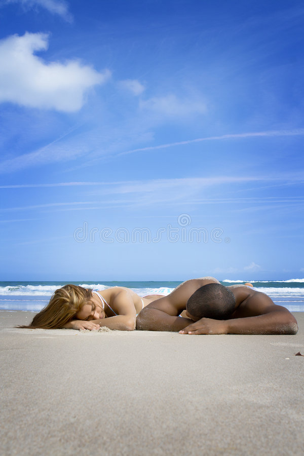 在海滩假期的夫妇 免版税库存照片