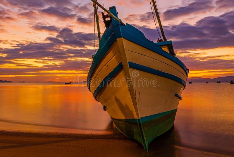 在海滩停住的小船 免版税库存照片